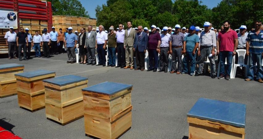 Çiftçilere 4 kamyon arı kovanı dağıtıldı