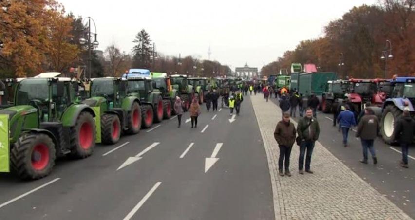 Berlin sokaklarında traktörlü çiftçi protestosu