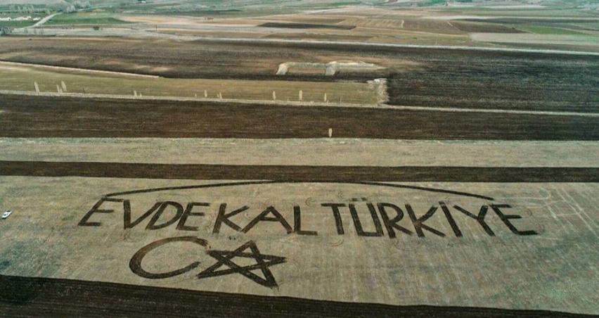 Çiftçiler traktörle tarlaya 'Evde kal Türkiye' yazdı
